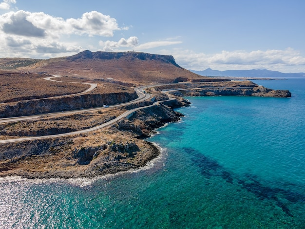 Vista aérea de topo por drone da paisagem cretense com o mar