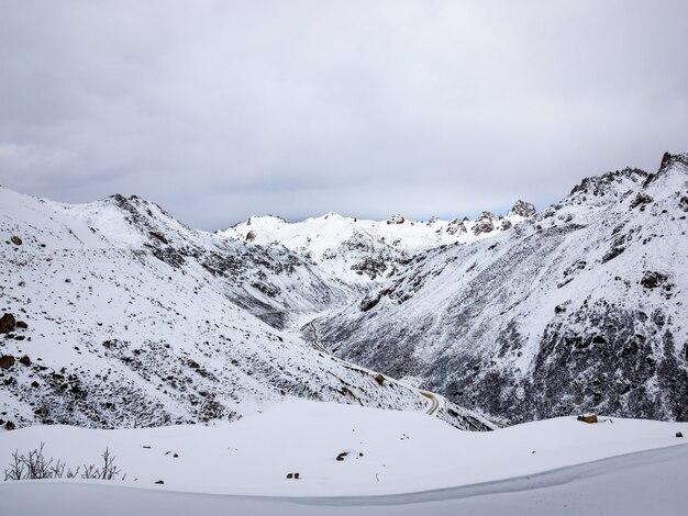 Vista aérea, de, transporte, em, neve alta, montanha, em, sichuan, china
