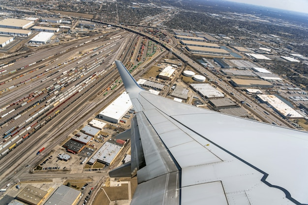 Vista aérea de trens de carga e contrainers na ferrovia do terminal