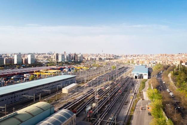 Vista aérea de trens e ferrovias
