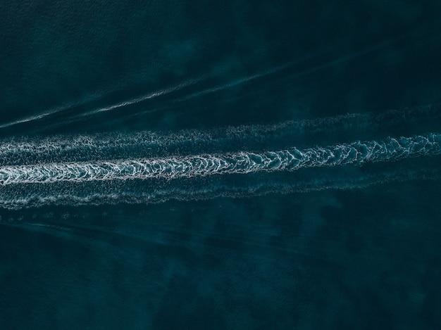 Vista aérea de trilhas de água no mar azul lindo
