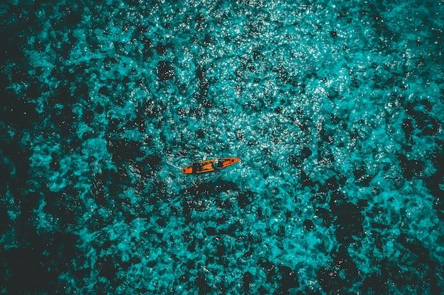 Vista aérea, de, turistas, paddle, caiaque, em, ilha pedra, ou, nga, khin, nyo, gyee, ilha, myanmar