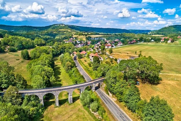 Vista aérea de um antigo viaduto ferroviário em cleron, um vilarejo no departamento de doubs, na frança