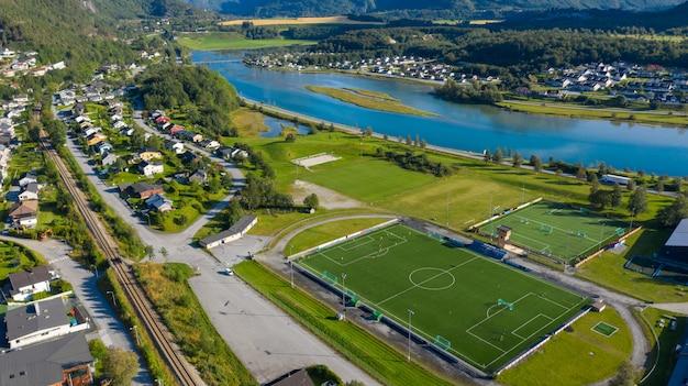 Vista aérea de um campo de futebol de futebol smal esportes em uma vila