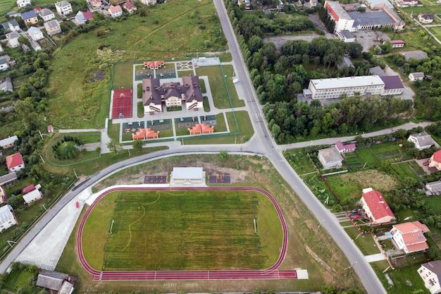 Vista aérea de um campo de futebol em um estádio coberto com grama verde.