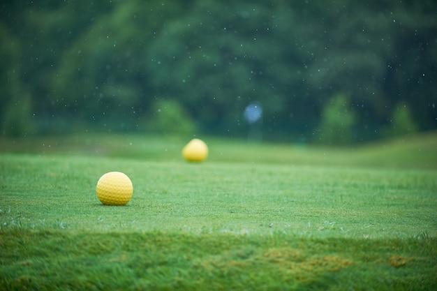 Vista aérea de um campo de golfe verde