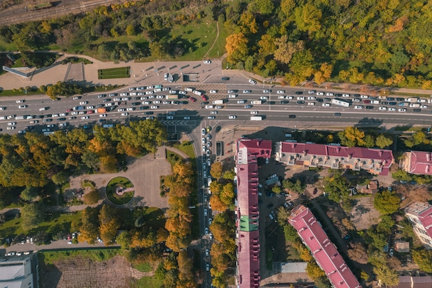 Vista aérea de um cruzamento com cruzamentos e cruzamentos urbanos modernos para tráfego de automóveis