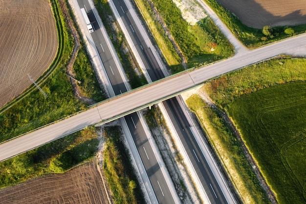 Vista aérea de um cruzamento de rodovia rural