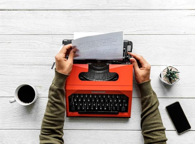 Vista aérea, de, um, digitando homem, ligado, um, retro, máquina escrever