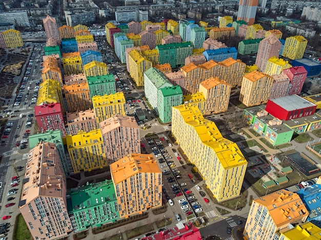 Vista aérea de um drone na colorida cidade moderna