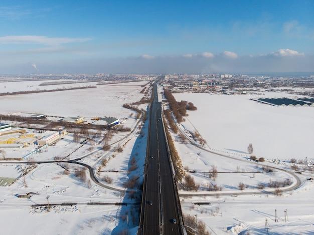 Vista aérea, de, um, estrada, em, paisagem inverno