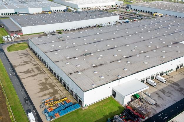 Vista aérea de um grande armazém. centro logístico na zona industrial da cidade de cima.