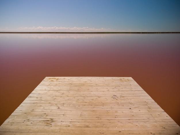 Vista aérea de um lago de sal rosa. azov ucrânia