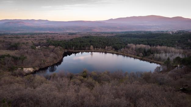 Vista aérea de um lago e a montanha