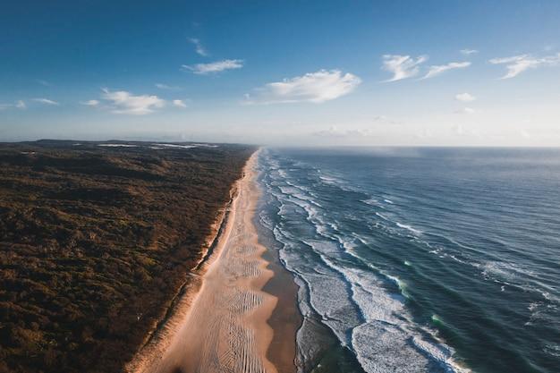 Vista aérea de um litoral sob um céu azul