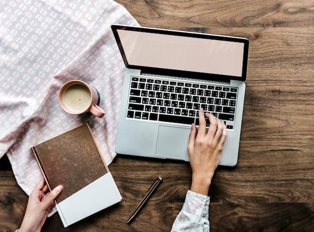 Vista aérea, de, um, mulher, usando computador, laptop, ligado, tabela madeira