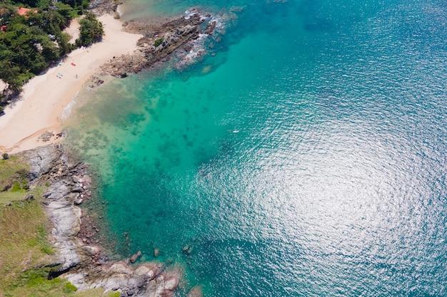 Vista aérea de um oceano com águas claras