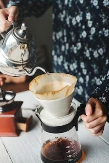 Vista aérea, de, um, pessoa, fazer, gotejamento, café