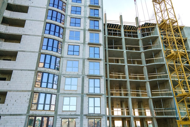 Vista aérea de um prédio residencial alto em construção. desenvolvimento imobiliário.