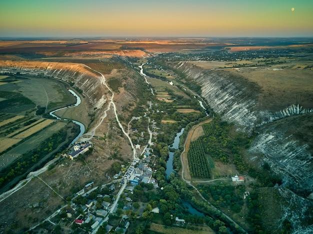 Vista aérea de uma aldeia butuceni. old orhei é um complexo histórico e arqueológico na reserva natural e cultural de mesmo nome da república da moldávia.