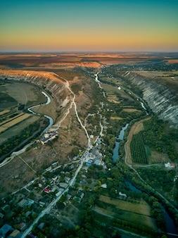 Vista aérea de uma aldeia butuceni.