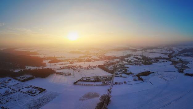 Vista aérea de uma aldeia polonesa com neblina