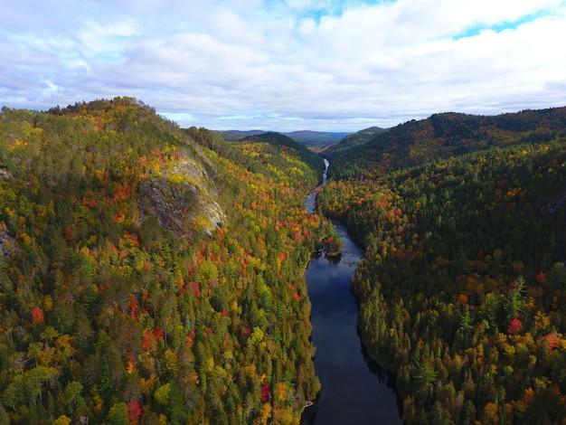 Vista aérea de uma bela paisagem montanhosa coberta de árvores coloridas