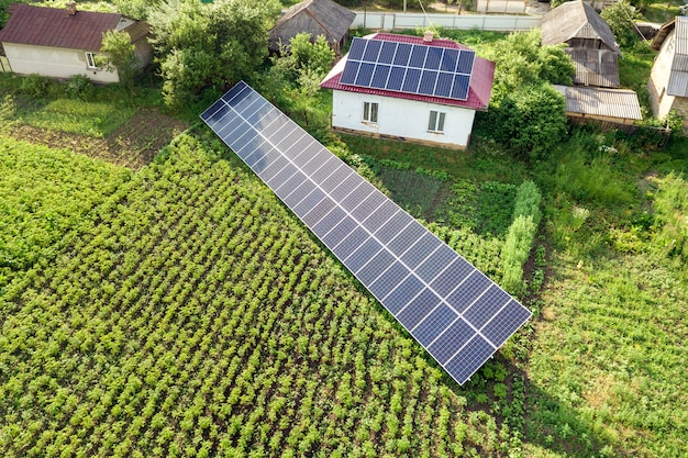 Vista aérea de uma casa com painéis solares azuis.