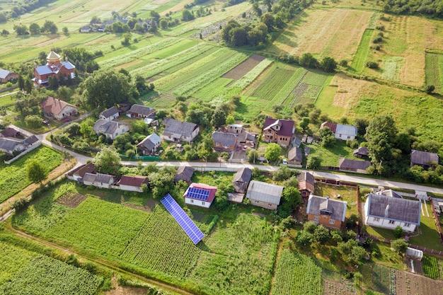 Vista aérea de uma casa com painéis solares azuis