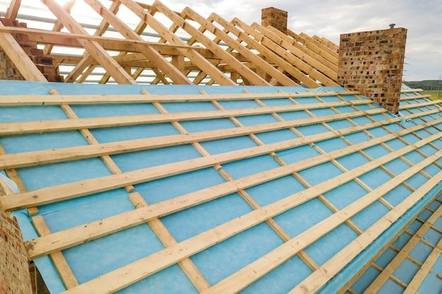 Vista aérea de uma casa de tijolos com estrutura de telhado de madeira em construção. Foto Premium