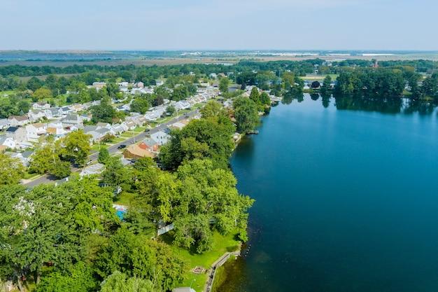 Vista aérea de uma cidade americana com casas no bairro residencial de sayreville, perto da lagoa em nova jersey, eua