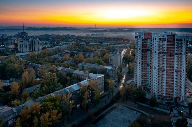 Vista aérea de uma cidade com arranha-céus