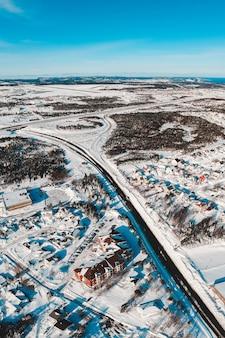 Vista aérea de uma cidade com neve