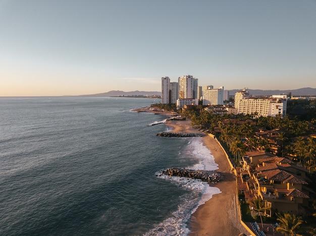 Vista aérea de uma cidade costeira