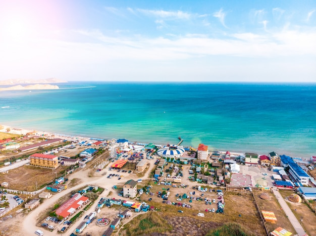 Vista aérea de uma cidade turística à beira-mar.