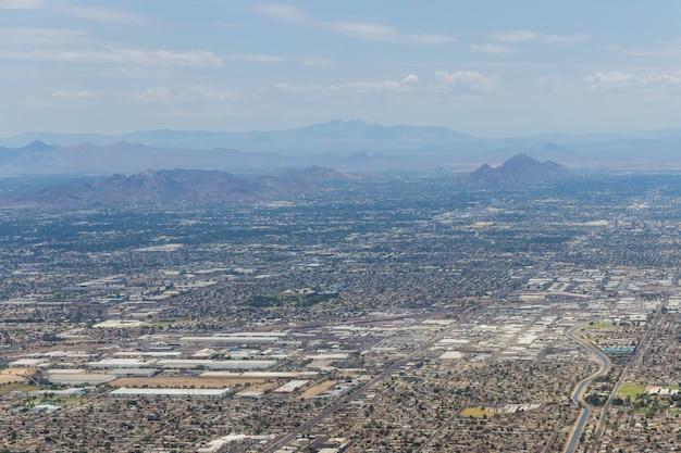 Vista aérea de uma cordilheira próxima no horizonte phoenix arizona us