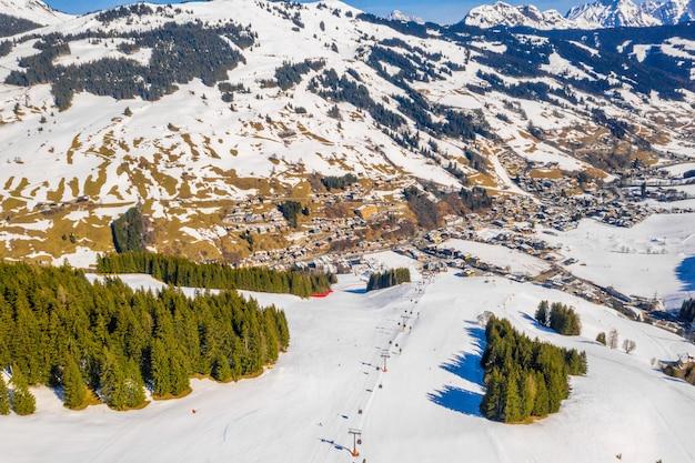 Vista aérea de uma estação de esqui nas montanhas solden áustria