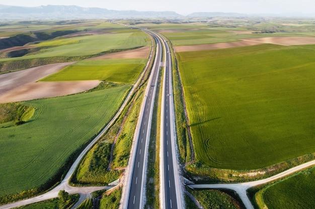 Vista aérea de uma estrada com carros e caminhões