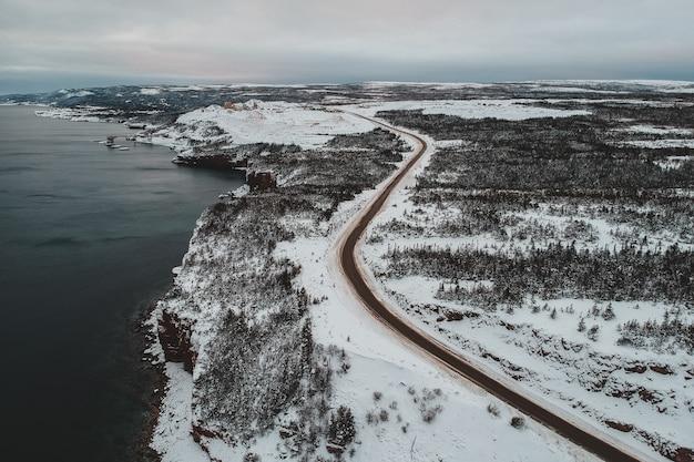 Vista aérea de uma estrada de neve