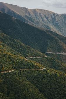 Vista aérea de uma estrada perigosa na montanha passando pela floresta em vlasic, na bósnia
