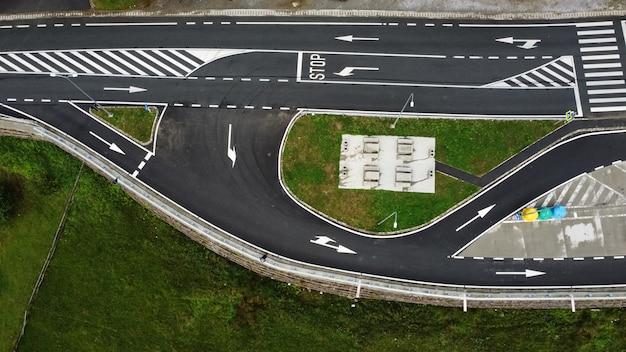 Vista aérea de uma estrada vazia e estacionamento por perto.
