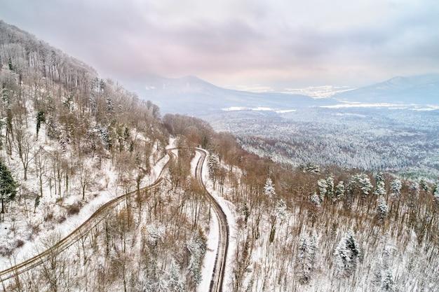 Vista aérea de uma floresta nas montanhas de vosges no inverno. alsácia, frança