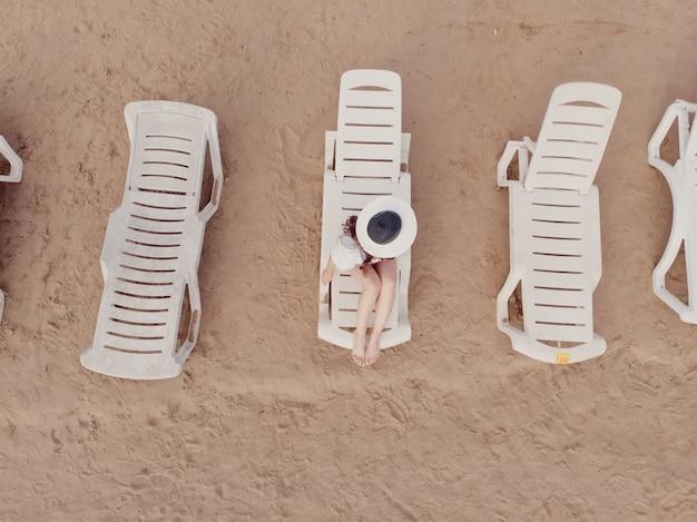 Vista aérea de uma garota na praia. férias e aventura