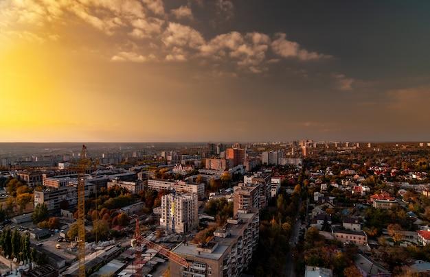 Vista aérea de uma grande cidade europeia em desenvolvimento