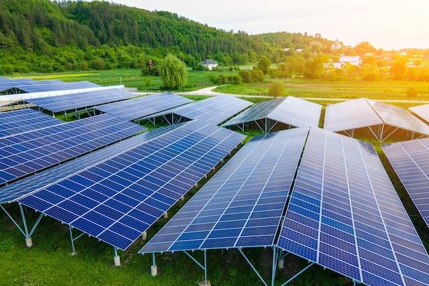 Vista aérea de uma grande usina elétrica sustentável com fileiras de painéis solares fotovoltaicos para a produção de energia elétrica ecológica limpa. eletricidade renovável com conceito de emissão zero.