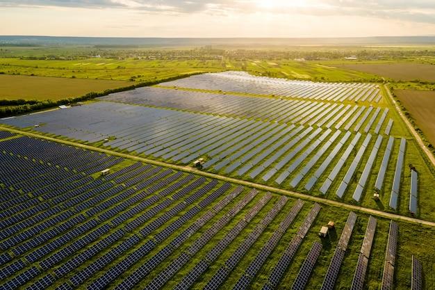Vista aérea de uma grande usina elétrica sustentável com muitas fileiras de painéis solares fotovoltaicos