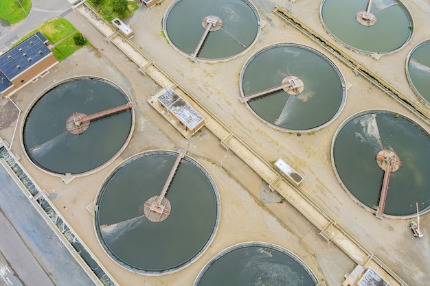 Vista aérea de uma instalação de purificação de águas residuais de uma estação de tratamento de esgoto industrial