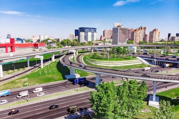 Vista aérea de uma junção de estrada de cruzamento de rodovia em uma cidade grande
