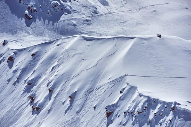 Vista aérea de uma montanha coberta de neve branca durante o inverno
