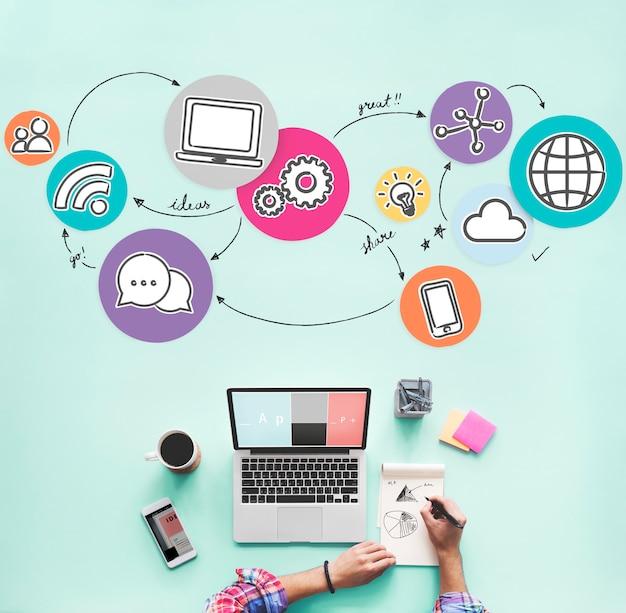 Vista aérea de uma mulher trabalhando nas redes sociais